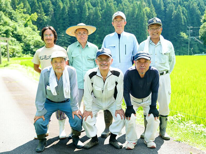 押井営農組合・理事一同(中央が代表・鈴木辰吉)