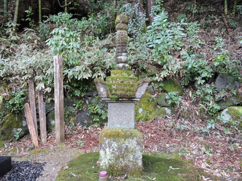 弥三郎の墓(やさぶろうのはか)